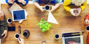 poder do relacionamento e networking para empreendedores mesa com conversa