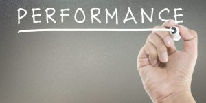 mão escrevendo alta performance na lousa
