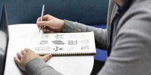 mão desenhando sua personal branding em um caderno